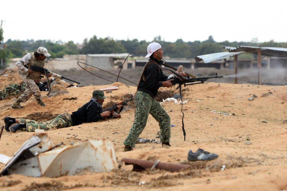 Des combattants du CNT tentent de progresser à... (Photo: Ahamd Al-Rubaye, AFP)
