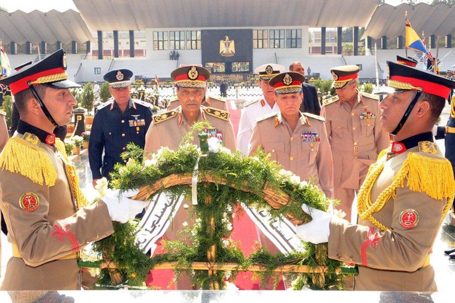 Des officiers du Conseil suprême des forces armées... (Photo: Reuters)