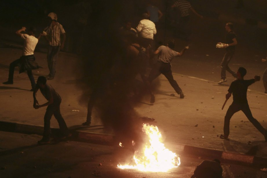 Des hommes lancent des projectiles lors des affrontements... (Photo Amr Abdallah Dalsh, Reuters)