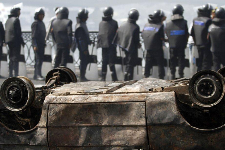 Des policiers anti-émeutes forment un barrage près d'une... (Photo: Reuters)