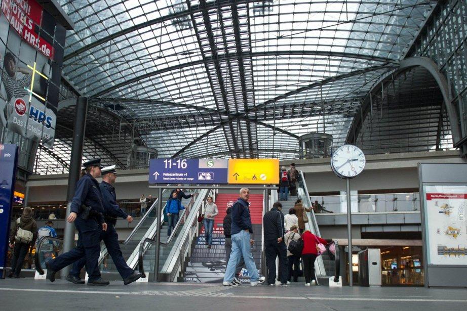 Des policiers patrouillent dans la gare centrale de... (Photo Tobias Kleinschmidt, AFP)