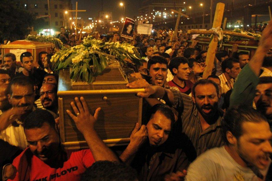 Des Coptes portent le cercueil d'une des victimes... (Photo Mohamed Abd El-Ghany, Reuters)