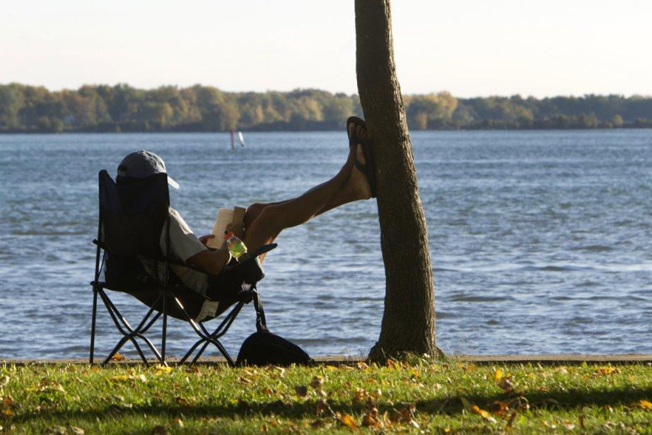 Un homme profite du soleil à Lachine.... (Photo: Robert Skinner, La Presse)