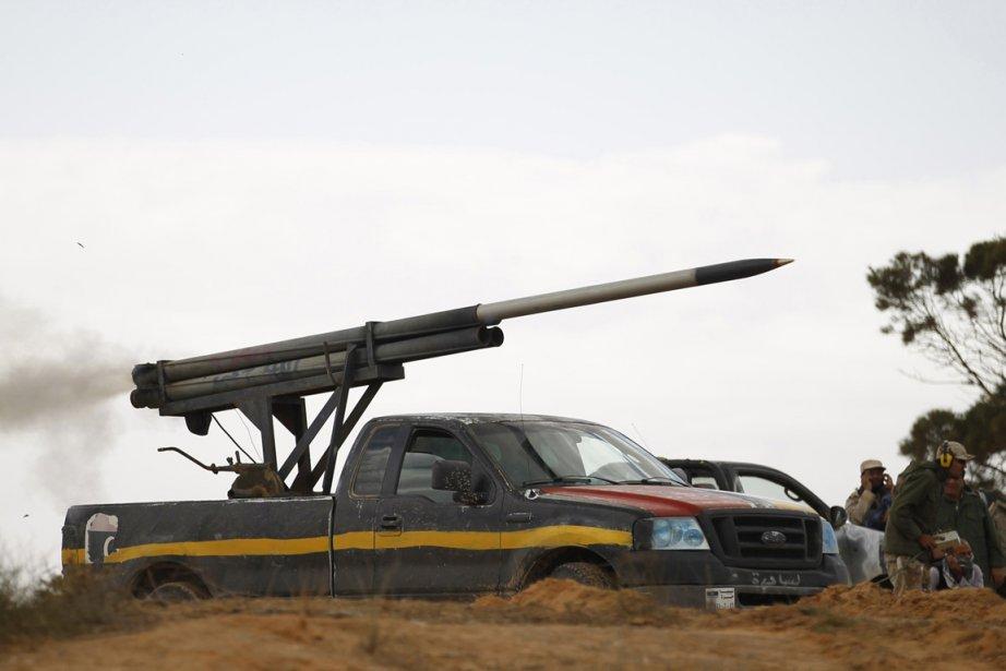 Un lance-roquettes monté sur un véhicule des combattants... (Photo: Reuters)