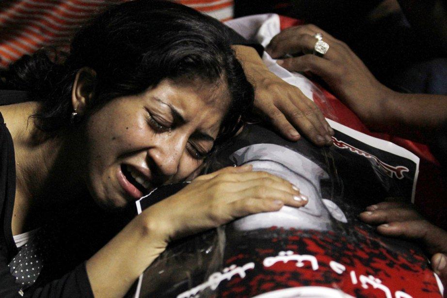 Une femme de confession chrétienne pleure la mort... (Photo: Mohamed Abd El-Ghany, Reuters)