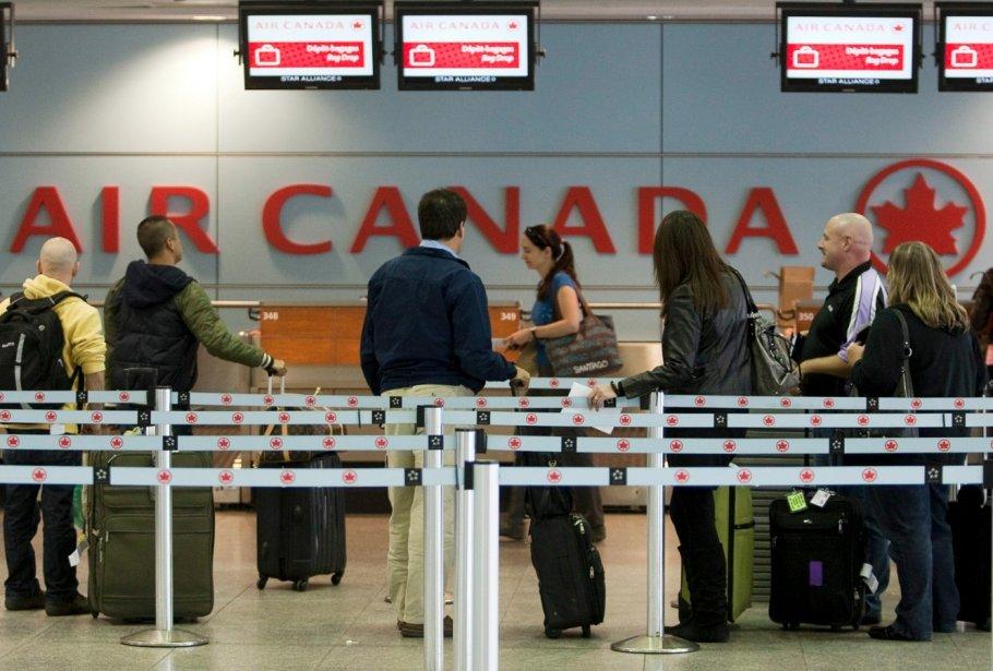Des passagers aux guichets d'Air Canada, à l'aéroport... (La Presse Canadienne)