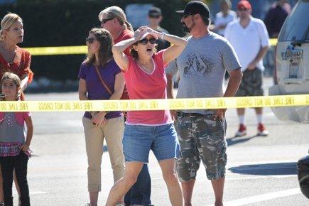 Des passants réagissent près de la scène du... (Photo: AP)