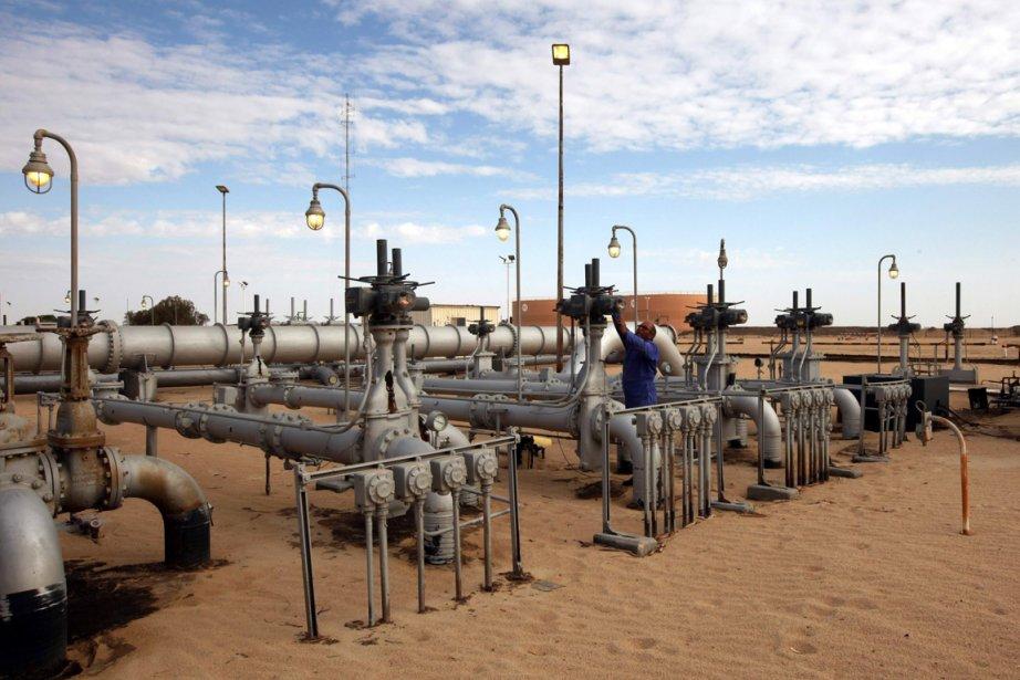 Des ouvriers vérifient les conduites et les valves... (Photo d'archives Reuters)
