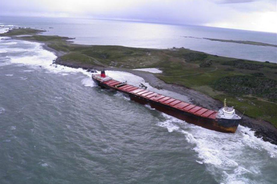 Le cargo lourdement endommagé qui s'est échoué... (Photo: La Presse Canadienne)