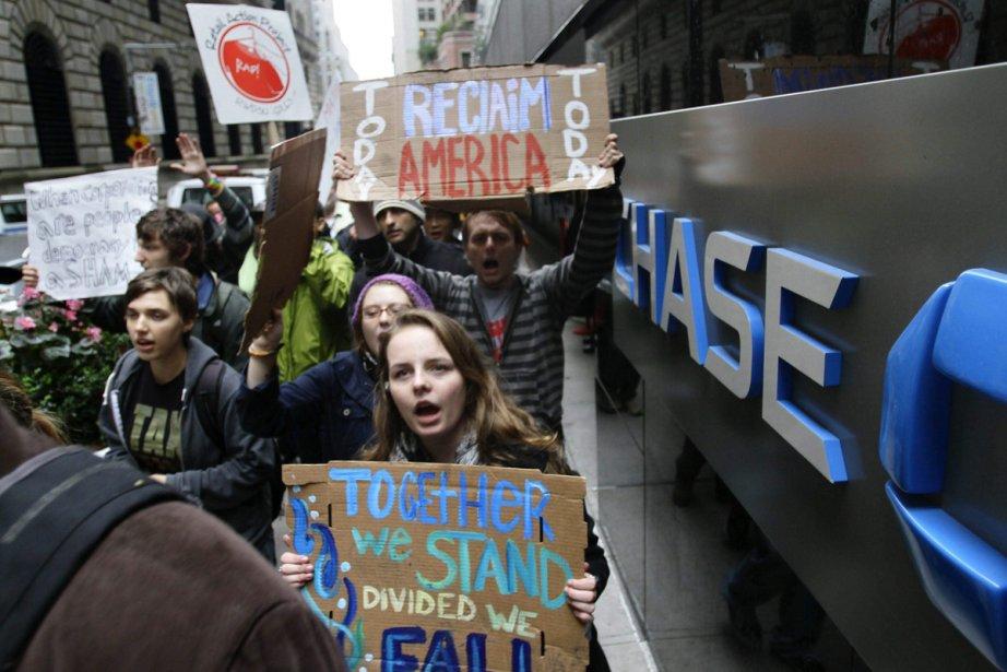 Des protestataires devant l'édifice d'une institution financière, mercredi... (Photo Bebeto Matthews, La  Presse Canadienne)