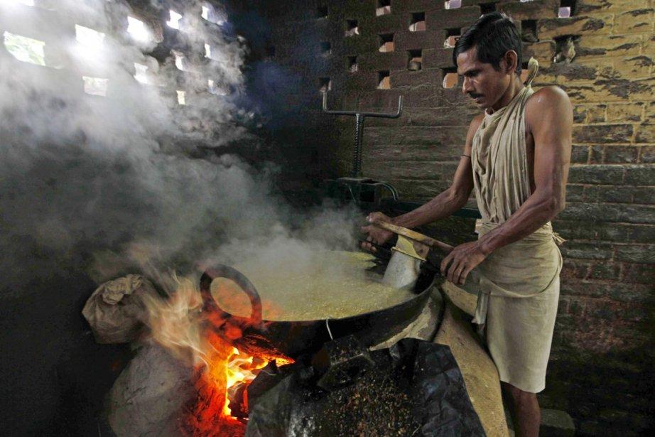 Un travailleur concocte de la farine de pois... (Photo: Reuters)