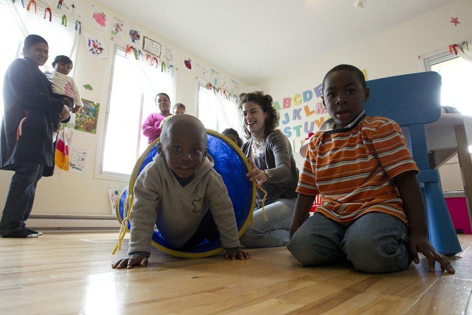 L'éducatrice spécialisée Dominique Loubert fait du dépistage précoce pour tous les enfants accueillis à la Maison bleue. Au premier plan, les petits Jason Kydd et Jonathan Adams. (Hugo-Sébastien Aubert)