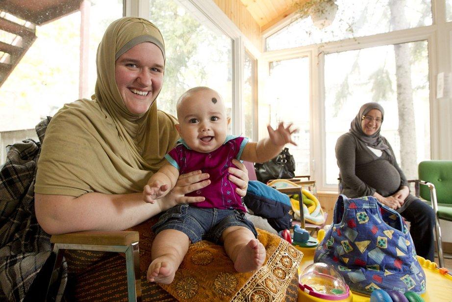 Originaire de la Saskatchewan, Lisa Marlene Singh est bengalie par alliance. Elle est devenue en quelque sorte l'interprète bengalie de la Maison bleue. Cela permet de rejoindre des femmes du Bangladesh qui ne parlent ni français ni anglais. On la voit ici avec son fils Wasif Khan. (Hugo-Sébastien Aubert)