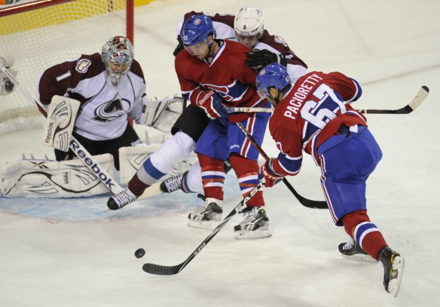 Max Pacioretty marque face au gardien de l'Avalanche Semyon Varlamov. (Bernard Brault, La Presse)