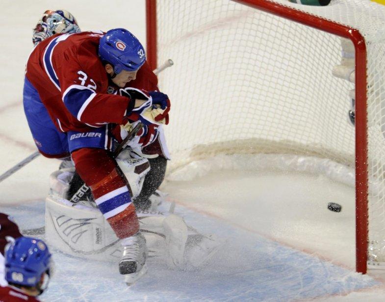Travis Moen marque face au gardien de l'Avalanche Semyon Varlamov en deuxième période. (Bernard Brault, La Presse)