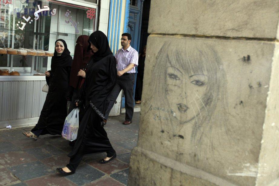 Des Algéroises portant le hijab. Le Parlement algérien... (Photo archives Zohra Bensemra, Reuters)