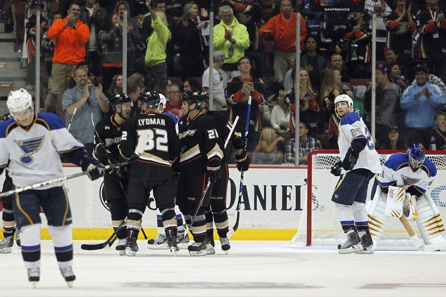 Les joueurs des Ducks célèbrent après le deuxième... (Photo: AP)