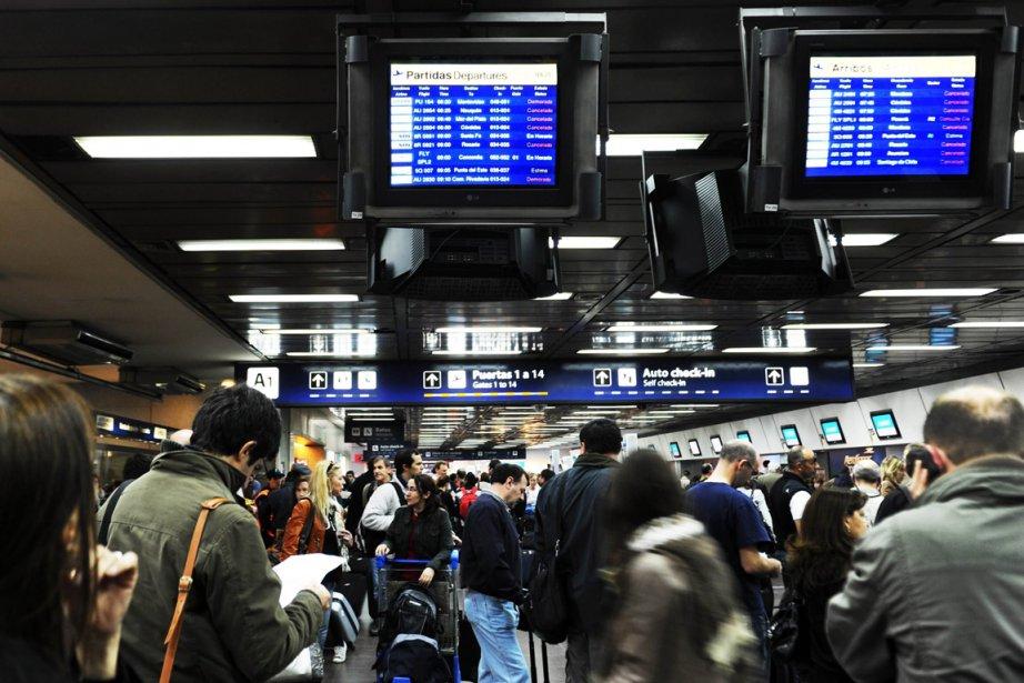 Des passagers attendaient à l'aéroparque de Jorge Newbery... (Photo: AFP)