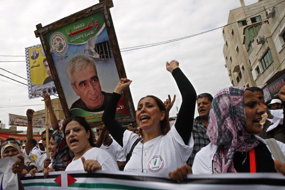 Des manifestants réclament la libération du secrétaire général... (Photo: Reuters)