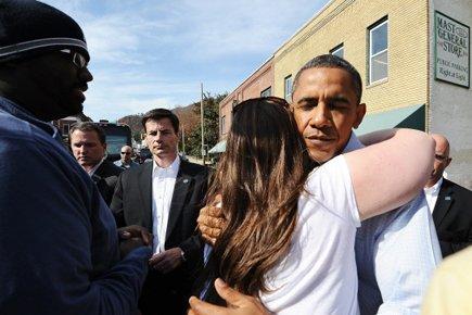 Barack Obama serre une femme dans ses bras... (Photo: AFP)