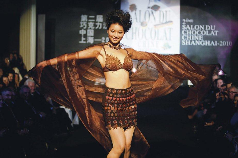Une jupe en chocolat, présentée lors du Salon... (Photo: archives AFP)