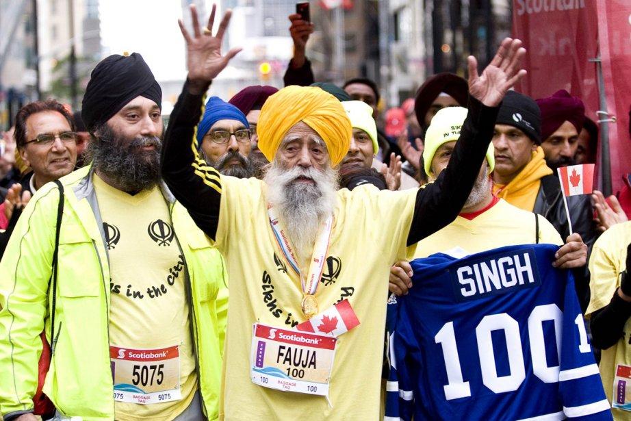 Fauja Singh, 100 ans, a accompli un exploit... (Photo: AFP/Toronto Waterfront Marathon)