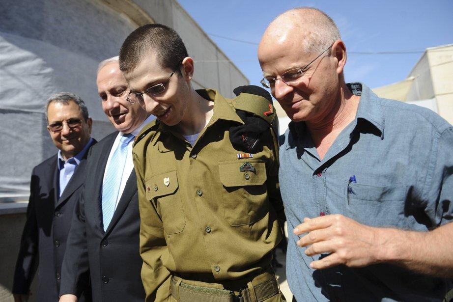 Le soldat Gilad Shalit, deuxième à droite, a... (Photo Reuters)