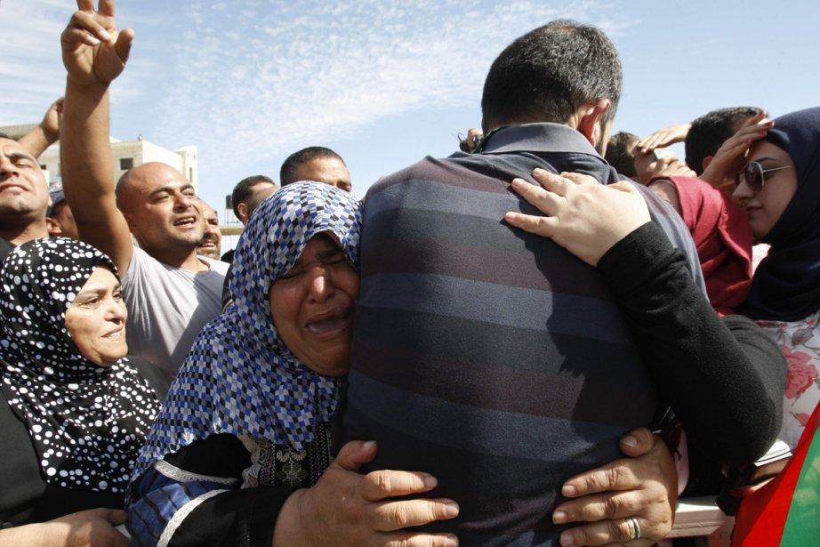 Les prisonniers palestiniens libérés ont été accueillis par... (Photo Reuters)