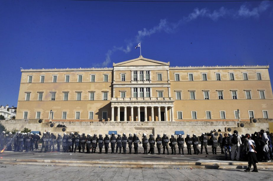 Des policiers protégaient le parlement grèque mercredi.... (Photo:  Louisa Gouliamaki, AFP)