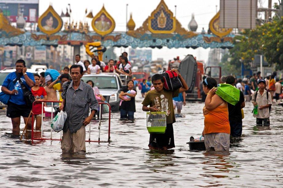 Des résidants du district de Rangsit, dans le... (Photo:  Joan Manuel Baliellas, AFP)