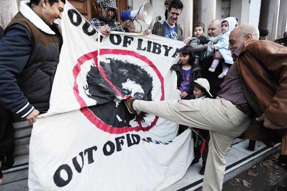 Un homme donne un coup de pied sur... (Photo: Carl Court, AFP)