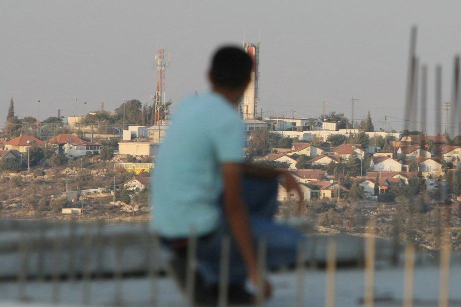 Un garçon palestinien regarde la colonie israélienne de... (Photo: Jaafar Ashtiyeh, AFP)