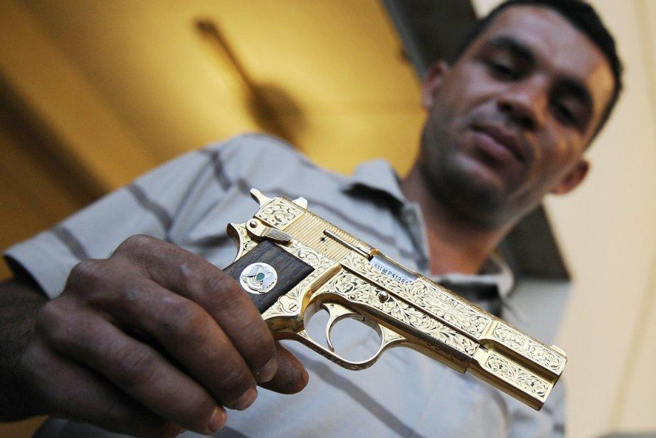 Un combattant du CNT, Nabil Ali Dagouich, exhibe... (Photo: Philippe Desmazes, AFP)
