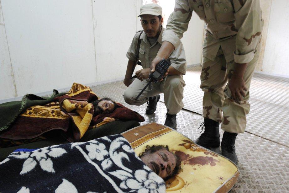Les dépouilles de l'ex leader libyen Mouammar... (Photo: Philippe Desmazes, AFP)