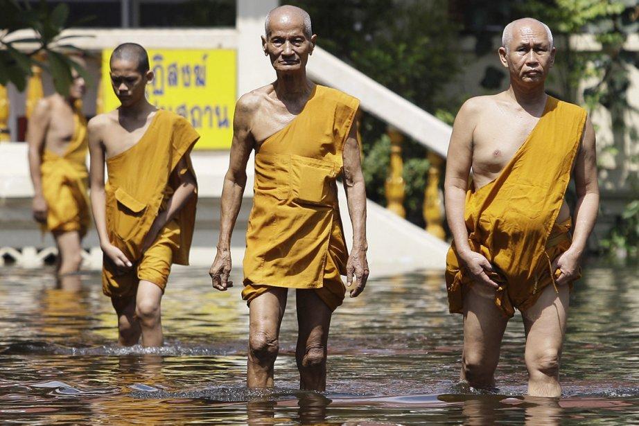 Des moines boudhistes se promènent dans le temple... (Photo: Aaron Favila, AP)
