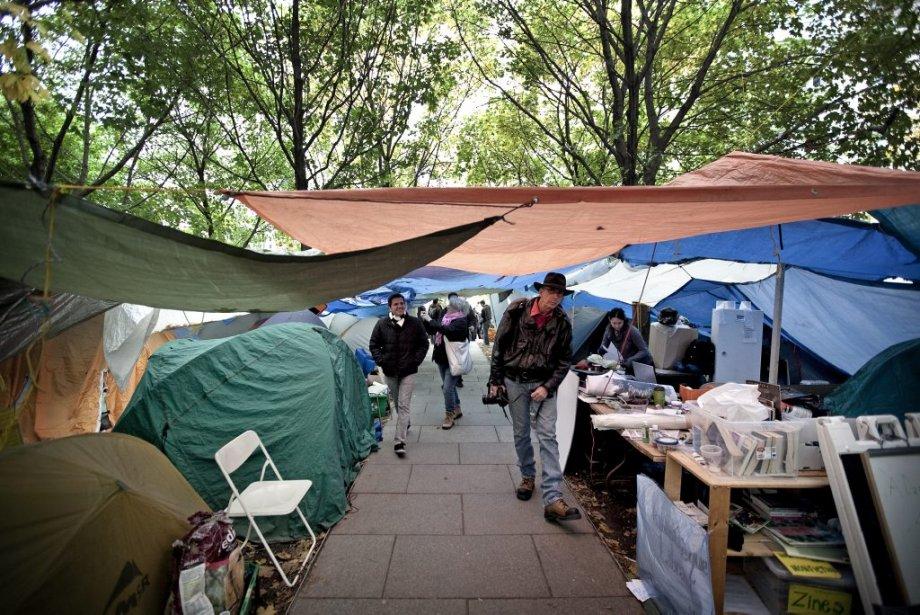 Les passants visitent les indignés. (Photo: Marco Campanozzi)