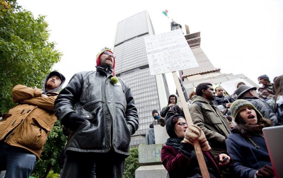 Les manifestants au pied de la statue du square Victoria. (Photo: Marco Campanozzi)