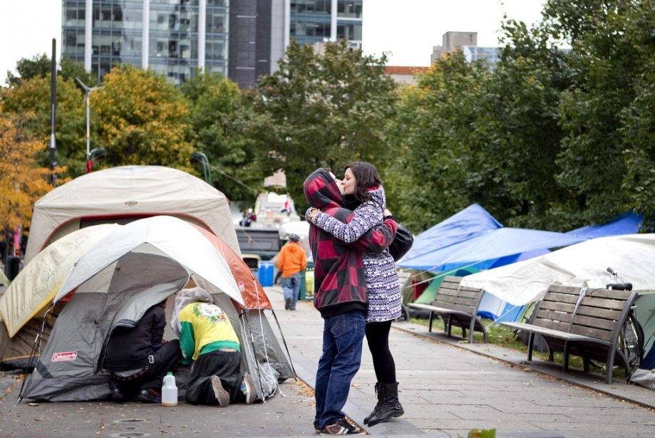 Un couple s'embrasse. (Photo: Marco Campanozzi)