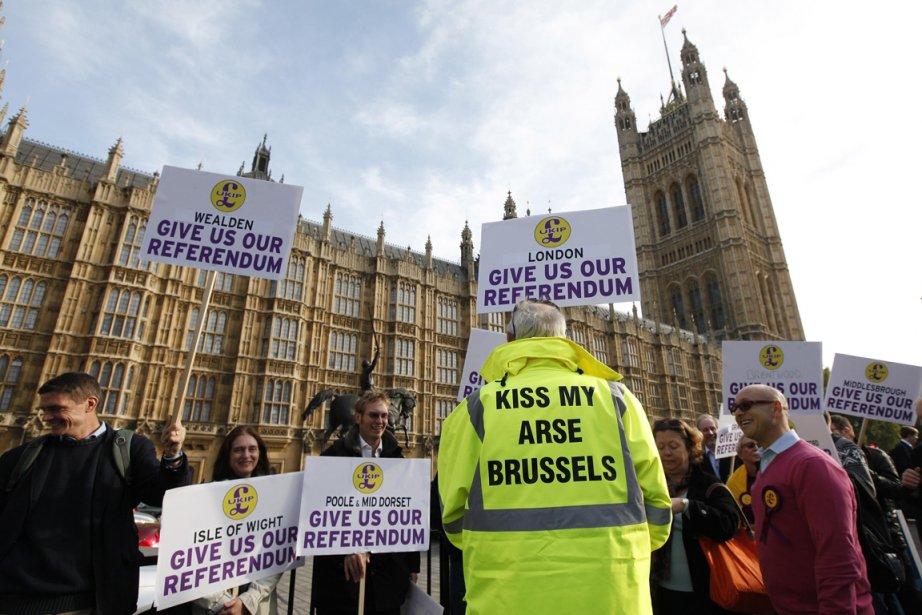 Des opposants à l'Union Européenne manifestent devant le... (Photo Suzanne Plunkett, Reuters)