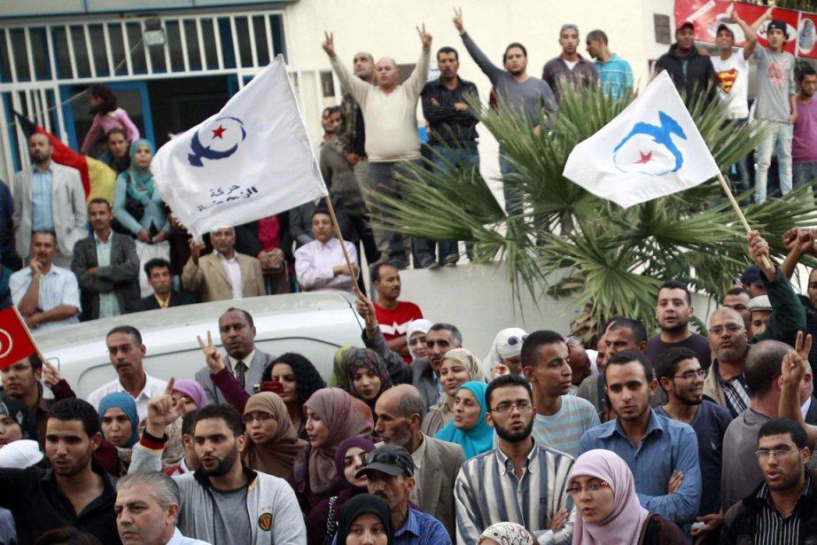 Des partisans du parti islamiste Ennahda célèbrent l'avance... (Photo Zoubeir Souissi, Reuters)