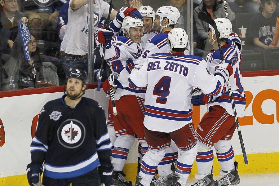 Les joueurs des Rangers célèbrent le but de... (Photo: PC)