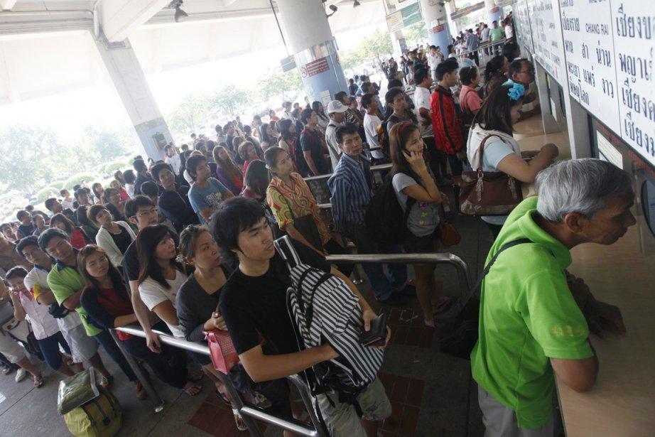 Des Bangkokiens font la file pour se procurer... (Photo: Kerek Wongsa, Reuters)