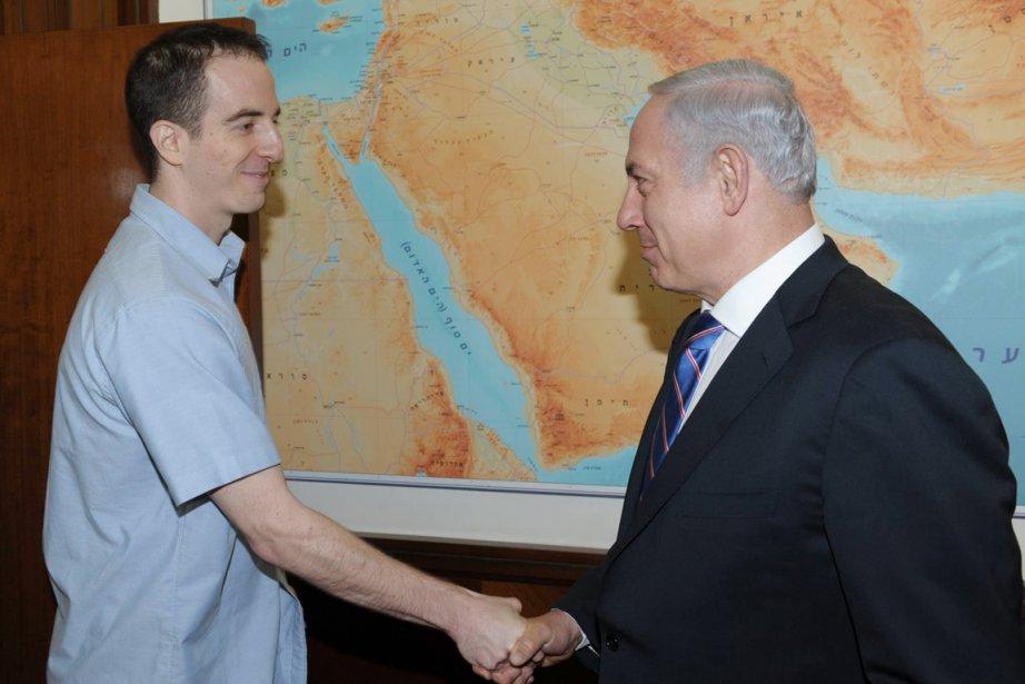 Ilan Grapel (à gauche) accueilli en Israël par... (Photo: AFP)
