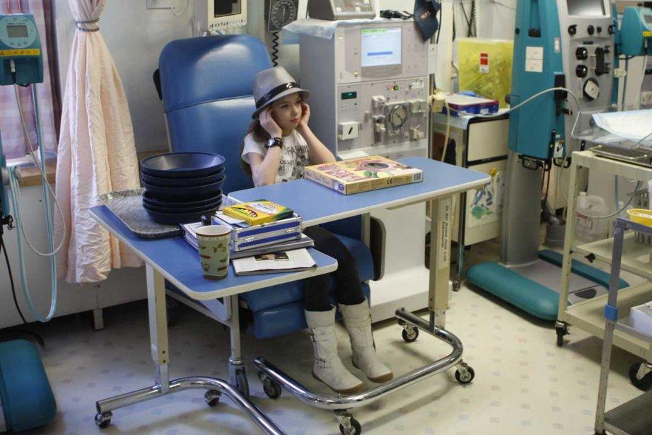 Axelle visitant une salle d'hémodyalise et apprenant à... (Photo Martin Chamberland, La Presse)