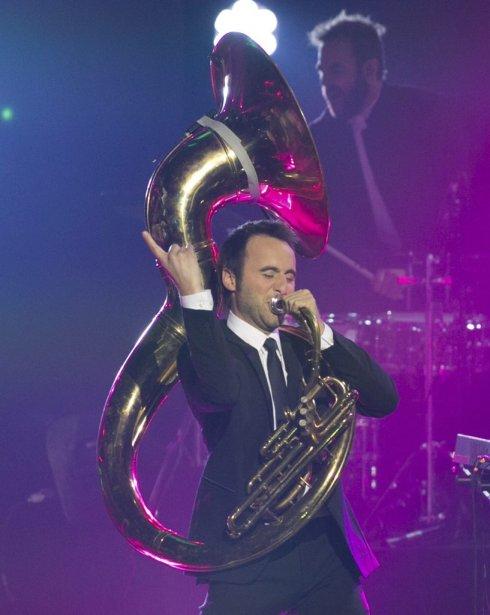 L'animateur du gala, Louis-José Houde, jouait du tuba lors du numéro d'ouverture. | 30 octobre 2011