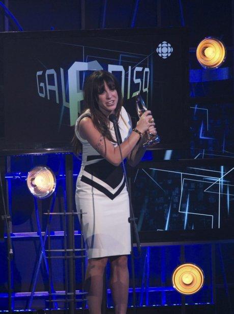 Marie-Mai est remontée sur scène pour une seconde fois lors du gala pour aller cueillir son Félix de l'Interprète féminine de l'année. | 30 octobre 2011