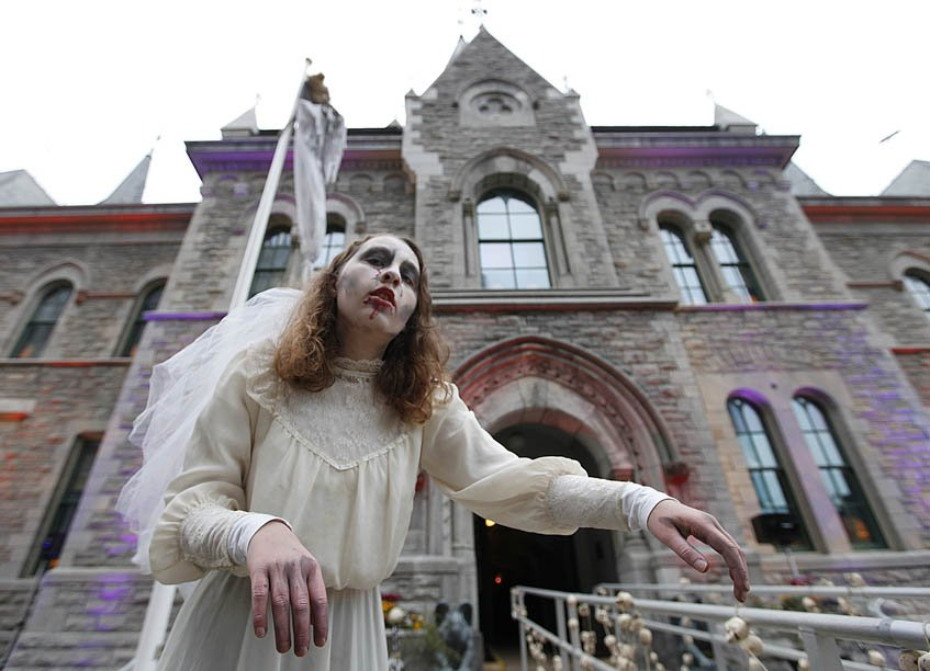 Une Zombie devant l'Hôtel de Ville d'Ottawa.... (Simon Séguin-Bertrand, LeDroit)