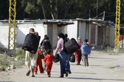 La fuite des Syriens vers le Liban et... (Photo: AFP)