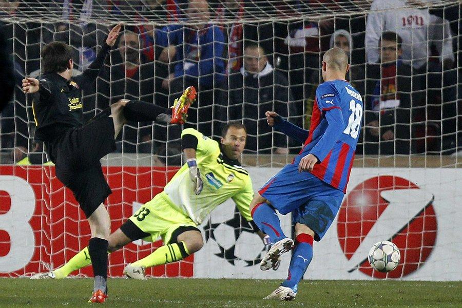 Lionel Messi (à gauche) a réussi un tour... (Photo: Reuters)