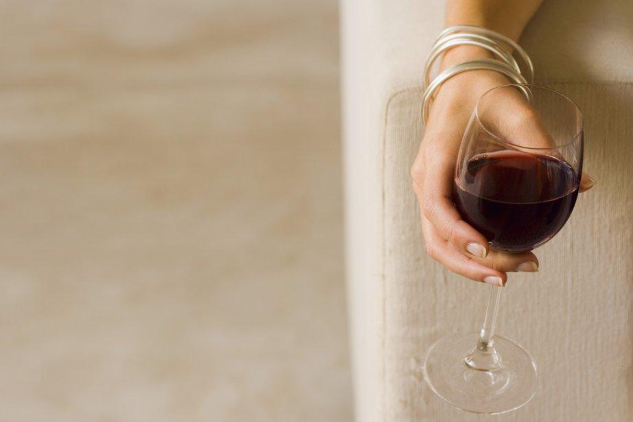 Consommer de trois à six verres de vin par semaine accroîtrait le... (Photos.com)